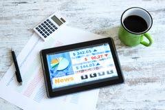 Mercado de acción que negocia el app en un Tablet PC Foto de archivo libre de regalías