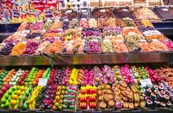 Mercado de Boqueria del La con diversos dulces Imágenes de archivo libres de regalías