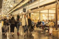 MERCADO DE CHELSEA, NEW YORK CITY, EUA - 14 DE MAIO DE 2018: Clientes e visitantes em Chelsea Market fotografia de stock