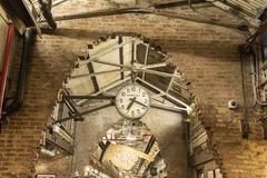 MERCADO DE CHELSEA, NEW YORK CITY, LOS E.E.U.U. - 16 DE MAYO DE 2018: El reloj de Chelsea Market con el vestíbulo en el fondo imagenes de archivo