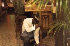 MERCADO DE CHELSEA, NEW YORK CITY, LOS E.E.U.U. - 14 DE MAYO DE 2018: Trabajador del personal del restaurante en Chelsea Market fotografía de archivo libre de regalías