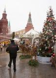 Mercado de Christmass del europeo en el fron de la Plaza Roja Foto de archivo