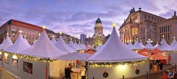Mercado de Chtristmas en Gandarmenmarkt en Berlín en una puesta del sol Imagenes de archivo