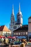 Mercado de Dolac con la catedral Torre-Zagreb, Croacia foto de archivo