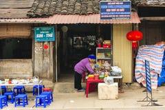 Mercado de Dong Van los pueblos de Hmong situados en Dong Van District, Dong Van Fotos de archivo