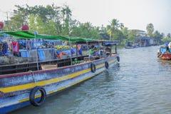 Mercado de flutuação de Phung Hiep na baía de Nga das estradas transversaas das sete-maneiras, Hau Giang Foto de Stock Royalty Free