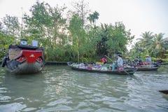 Mercado de flutuação de Phung Hiep na baía de Nga das estradas transversaas das sete-maneiras, Hau Giang Imagens de Stock