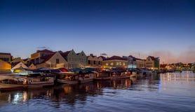 Mercado de flutuação de Punda no crepúsculo Imagens de Stock Royalty Free