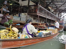 Mercado de flutuação de Tailândia foto de stock royalty free