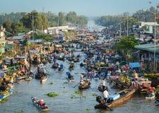 Mercado de flutuação do delta de Mekong, Vietname Fotos de Stock Royalty Free
