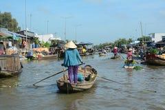 Mercado de flutuação em Can Tho, Vietname fotos de stock royalty free