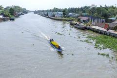 Mercado de flutuação em estradas transversaas das sete-maneiras (baía de Nga), cidade de Phung Hiep de Can Tho, Hau Giang Imagem de Stock