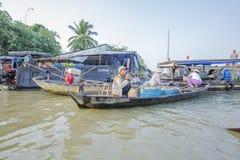 Mercado de flutuação em estradas transversaas das sete-maneiras (baía de Nga), cidade de Phung Hiep de Can Tho, Tien Giang Fotografia de Stock Royalty Free