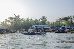Mercado de flutuação em estradas transversaas das sete-maneiras (baía de Nga), cidade de Phung Hiep de Can Tho, Tien Giang Fotos de Stock