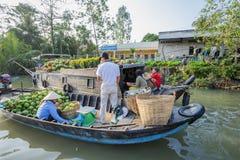 Mercado de flutuação em estradas transversaas das sete-maneiras (baía de Nga), cidade de Phung Hiep de Can Tho, Tien Giang Fotografia de Stock