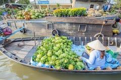 Mercado de flutuação em estradas transversaas das sete-maneiras (baía de Nga), cidade de Phung Hiep de Can Tho, Tien Giang Foto de Stock