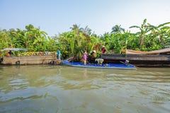 Mercado de flutuação em estradas transversaas das sete-maneiras (baía de Nga), cidade de Phung Hiep de Can Tho, Tien Giang Imagens de Stock Royalty Free