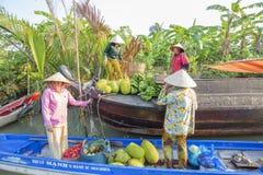 Mercado de flutuação em estradas transversaas das sete-maneiras (baía de Nga), cidade de Phung Hiep de Can Tho, Tien Giang Imagem de Stock Royalty Free