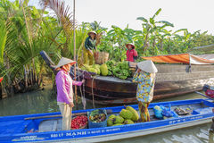 Mercado de flutuação em estradas transversaas das sete-maneiras (baía de Nga), Hau Giang de Phung Hiep Imagem de Stock Royalty Free