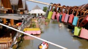 Mercado de flutuação de Pattaya Barco de madeira do turista que move-se ao longo da água Tailândia, Ásia filme