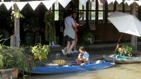 Mercado de flutuação de Pattaya Um vendedor da mulher em um bote está preparando o alimento tailândia vídeos de arquivo