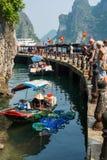 Mercado de flutuação pequeno perto da caverna de Sung Sot na baía de Halong, Vietname fotos de stock