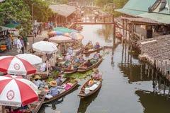 Mercado de flutuação de Tha Kha, Samut Songkhram, Tailândia - 10 de novembro de 2017: A atmosfera de bens e do alimento de troca, Imagens de Stock
