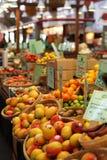 Mercado de fruta com fruta diversa Fotografia de Stock