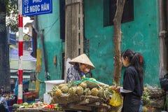 Mercado de frutas e legumes em Hanoi, foto de stock