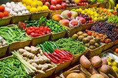 Mercado de fruto com v?rias frutas e legumes frescas coloridas foto de stock