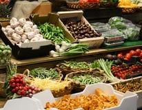 Mercado de fruto com v?rias frutas e legumes frescas coloridas - introduza no mercado a s?rie fotos de stock
