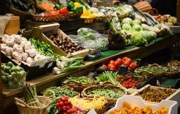 Mercado de fruto com v?rias frutas e legumes frescas coloridas - introduza no mercado a s?rie fotos de stock royalty free