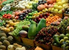 Mercado de fruto com v?rias frutas e legumes frescas coloridas - introduza no mercado a s?rie imagem de stock