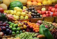Mercado de fruto com v?rias frutas e legumes frescas coloridas - introduza no mercado a s?rie fotografia de stock