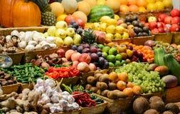 Mercado de fruto com v?rias frutas e legumes frescas coloridas - introduza no mercado a s?rie imagens de stock