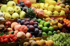 Mercado de fruto com v?rias frutas e legumes frescas coloridas - introduza no mercado a s?rie foto de stock royalty free
