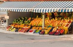 Mercado de fruto fresco do verão da vizinhança local com fruto orgânico colorido na exposição em greece fotografia de stock