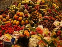 Mercado de frutos coloridos e appethaizing fotografia de stock royalty free
