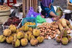 Mercado de frutos tradicional em Kotabaru Indonésia foto de stock royalty free