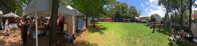 Mercado de Glebe sábado com campo verde espaçoso Imagens de Stock