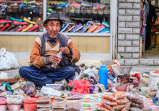 Mercado de la acera en Leh, la India Fotos de archivo libres de regalías
