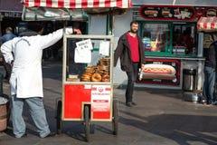 Mercado de la calle de la panadería en caminar de la ciudad y de la gente de Estambul Foto de archivo