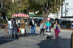Mercado de la calle de la panadería en la ciudad de Estambul y muchedumbre de turistas Foto de archivo