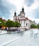 Mercado de la ciudad y de la iglesia viejas de San Nicolás en Praga, República Checa fotografía de archivo