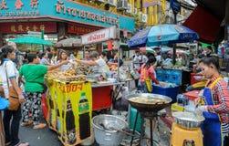 Mercado de la comida de la calle de Chinatown en Bangkok, Tailandia Foto de archivo libre de regalías