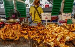 Mercado de la comida en Bangkok, Tailandia imagenes de archivo