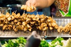 Mercado de la comida de la noche de Tailandia, la tienda fresca de la carne asada del calamar en la escena de la noche Imagenes de archivo