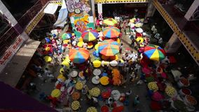 Mercado de la flor del KR, Bangalore, la India almacen de metraje de vídeo