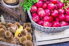 Mercado de la fruta con la castaña y el granate Fotografía de archivo