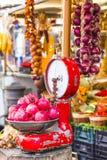 Mercado de la fruta con las escalas viejas Imagen de archivo libre de regalías